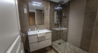 Equipements En Chambre Bureau Coin Salon Chauffage Moquette Armoire Penderie Seche Cheveux Articles De Toilette Gratuits Toilettes Salle Bains